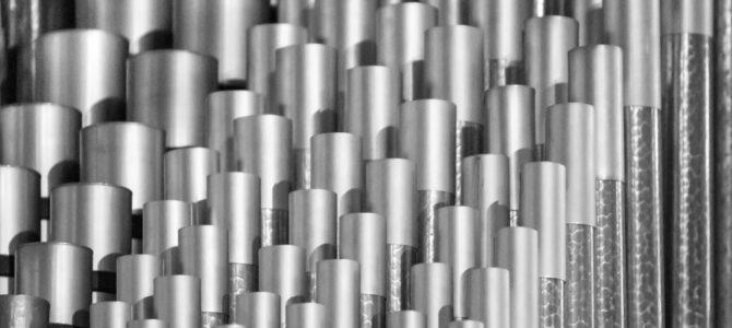 Polera en yta av stål med roterande borstar